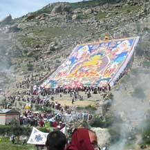 De reuzenthangka van een Boeddha in tibet wordt uitgerold