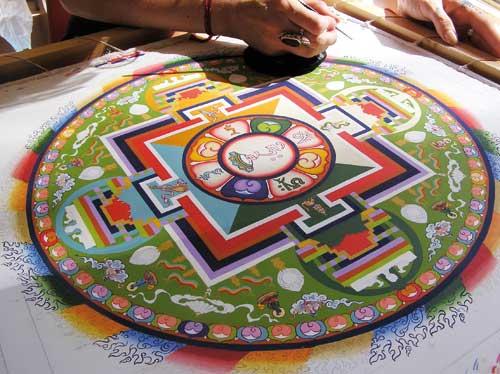 Het schilderen van een tibetaanse mandala